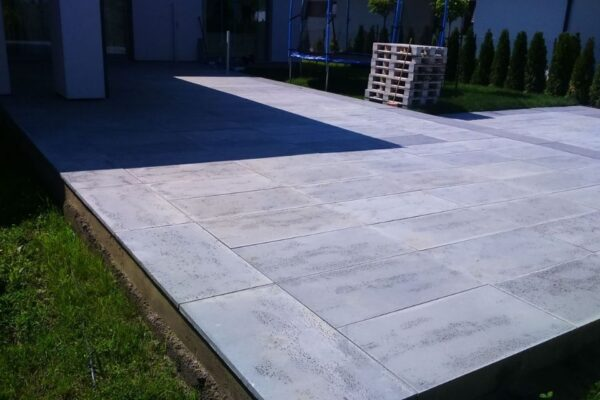 taras wyłożony betonem architektonicznym
